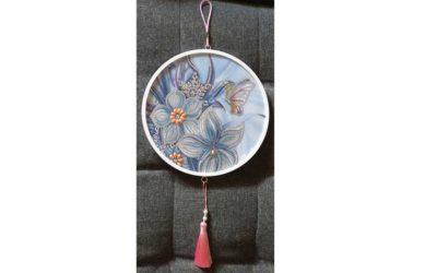 Blommor och fjäril inkl. ram med tofs